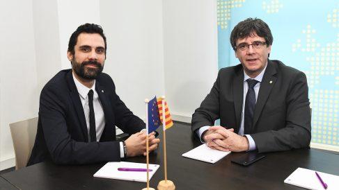 Roger Torrent y Carles Puigdemont. (Foto: AFP)