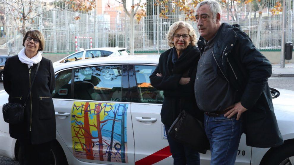 La alcaldesa de Madrid, Manuela Carmena, junto a la edil de Medio Ambiente y el de Vallecas junto a un taxi. (Foto: Madrid)