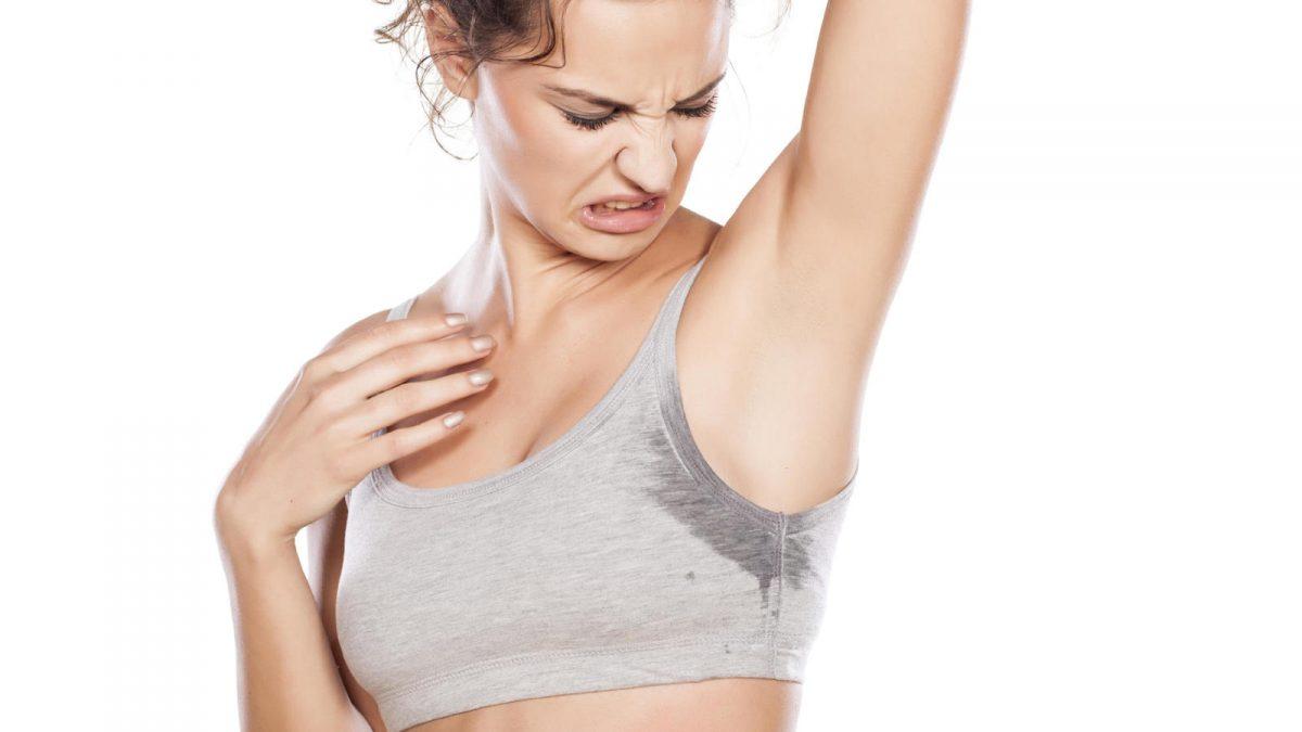 El sudor excesivo también hace estragos en la piel.