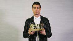 Cristiano Ronaldo recibe un premio. (dongqiudi.com)