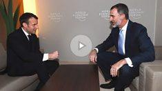 El presidente francés Emmanuel, Macron, conversa con el Rey Felipe VI en Davos. (Casa Real)