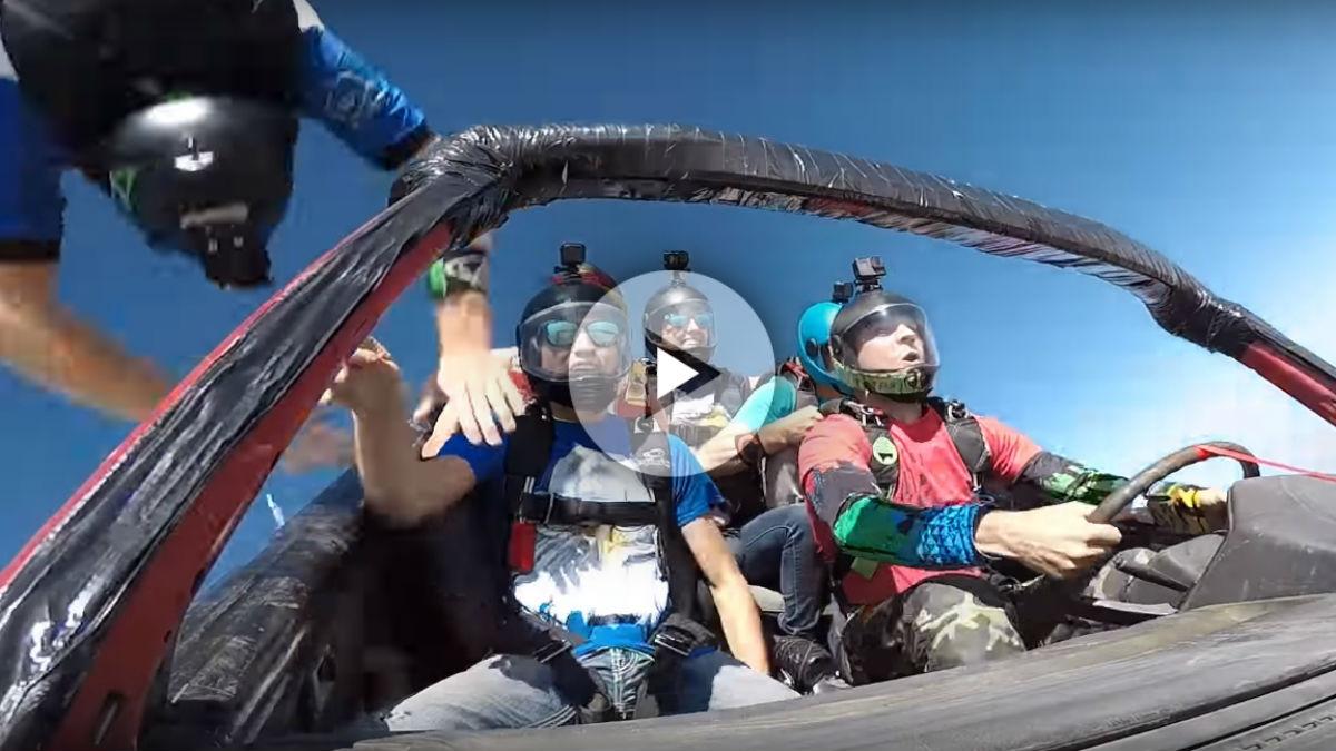 Uno de los vídeos más arriesgados de todos cuantos se exhiben en Youtube tiene como protagonistas a unos paracaidistas que imitan una de las escenas más famosas de Fast and Furious, saltando desde un avión a bordo de su coche.