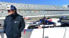 Fernando Alonso, junto a su coche en Daytona.