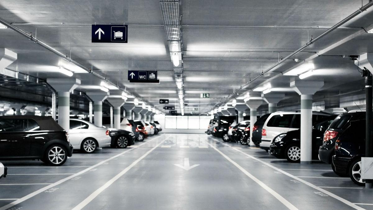 Aparcar tu coche en un parking es aparentemente más seguro que hacerlo en la calle, pero no está de más tomar ciertas precauciones para evitar disgustos.