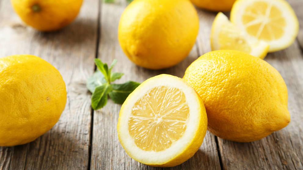 El limón mezclado con agua tibia ayuda a perder peso
