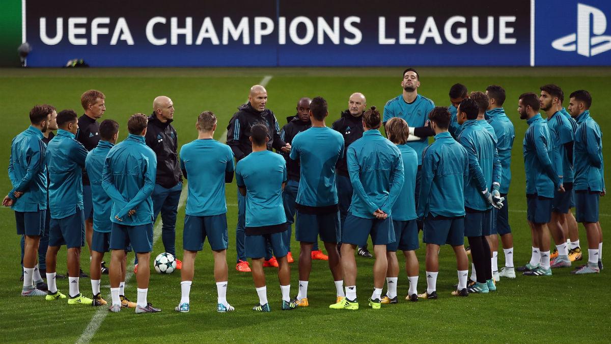 Zidane da instrucciones a su plantilla antes de un partido.