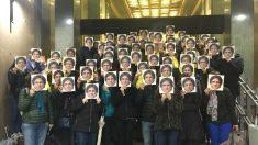 Varios independentistas posando con caretas de Carles Puigdemont
