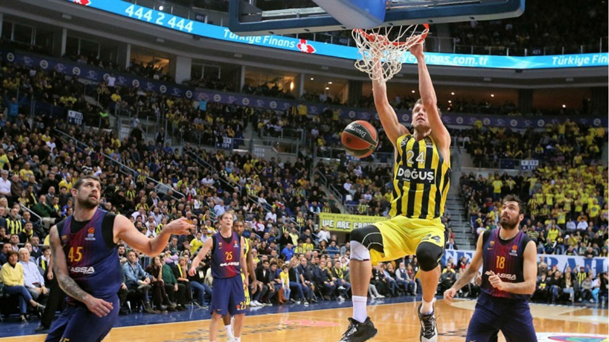 Jan Vesely machaca durante el Fenerbahçe vs Barcelona. (euroleague.net)