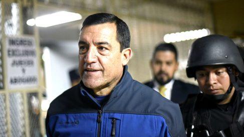 William Mansilla escoltado por policías tras ser detenido (Foto: AFP).