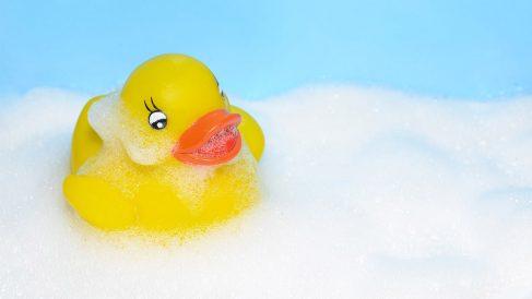 Los juguetes de plástico para el baño contienen gérmenes y bacterias en su interior