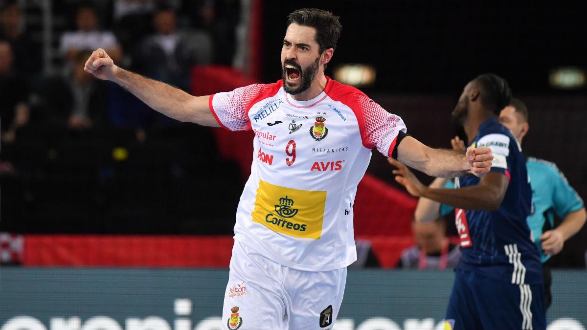 Raúl Entrerríos celebra uno de los goles de los Hispanos frente a Francia. (AFP)