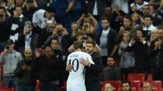 Pochettino abraza a Kane en un partido del Tottenham. (AFP)