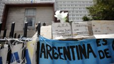 Carteles por las víctimas del 'ARA San Juan' frente a la sede de la Marina de Argentina. (Foto: AFP)