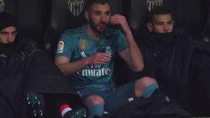 Benzema tira el abrigo al suelo después de ser sustituido en Mestalla. (beIN SPORTS)