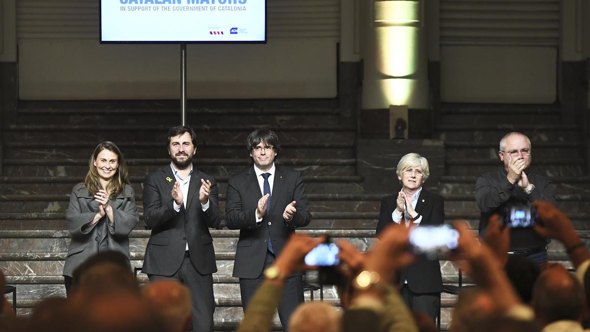 Carles Puigdemot y el resto de huidos en Bruselas. (Foto: AFP)