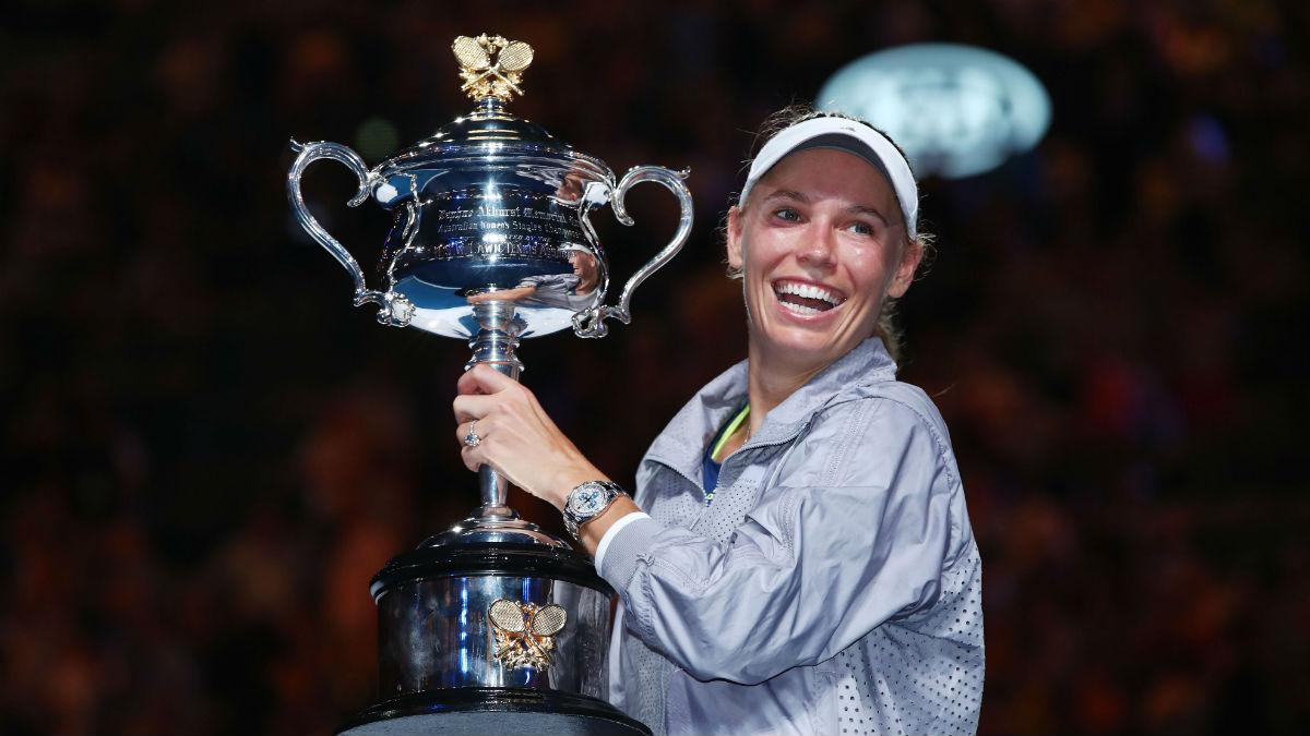 Caroline Wozniacky posa con el trofeo de campeona del Open de Australia. (Getty)