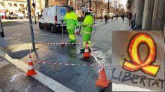 Operarios limpian lazos amarillos 'constitucionalizados' en Barcelona. (Foto: Manolo Riera)