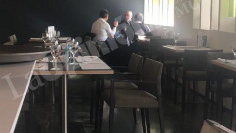 Foto del encuentro entre el fiscal Manuel López Bernal y los socialistas Joaquín López y Antonio Alemán, publicada en exclusiva por el diario La Opinión de Cartagena.