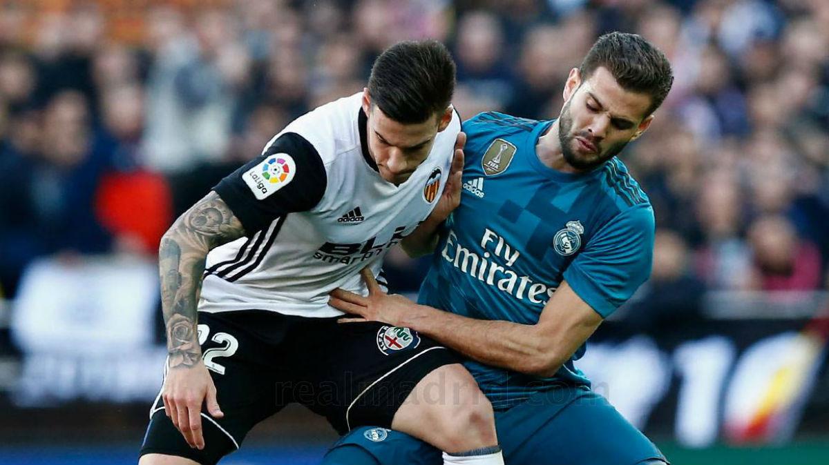 Nacho pelea con Guedes. (Realmadrid.com)