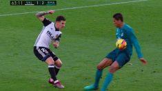 Momento en el que la pelota no golpea en la mano de Varane.