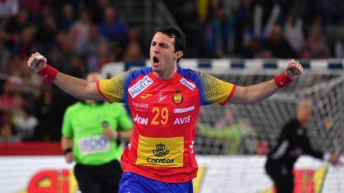 Aitor Ariño celebra uno de sus goles durante la final del Europeo de balonmano 2018. (AFP)