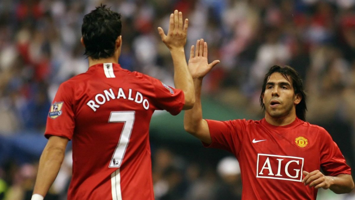 Carlos Tévez choca con Cristiano durante su etapa en el United.