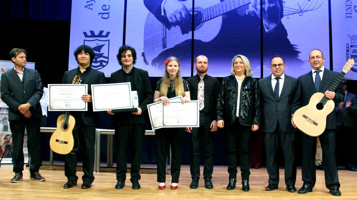 Imagen del ganador y del resto de premiados (Foto: Efe).