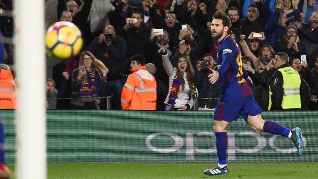 969ad35d7f Messi y el árbitro acuden al rescate del líder (2-1)