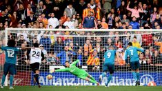 Cristiano transforma uno de los dos penaltis que el Real Madrid transformó en Mestalla. (Getty)