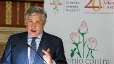 El presidente del Parlamento Europeo, Antonio Tajani, en Sevilla, durante su discurso al recibir el Premio de la Fundación contra el Terrorismo y la Violencia Alberto Jiménez Becerril. (EFE)