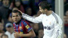 Dani Alves y Cristiano Ronaldo, en un Clásico. (AFP)