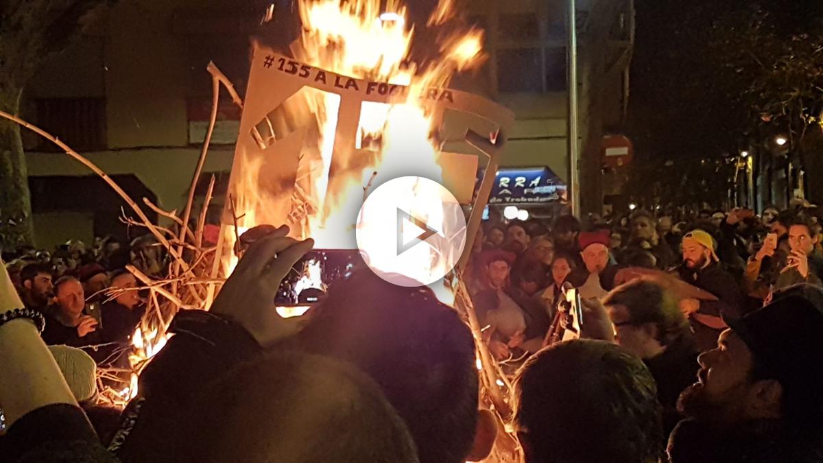 Una hoguera quema el 155 en Barcelona