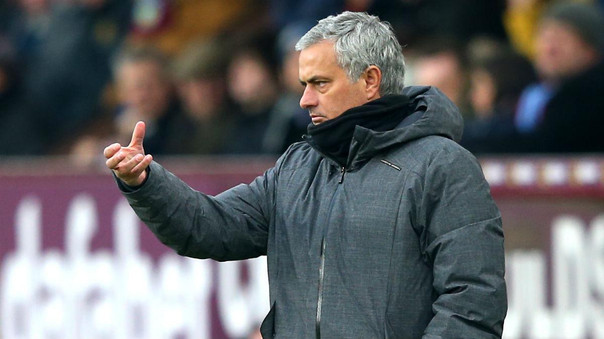 Mourinho durante un partido con el United (Getty)