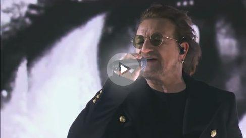 Bono, cantante de U2, durante la actuación que ofreció el grupo irlandés en los Grammy 2018.