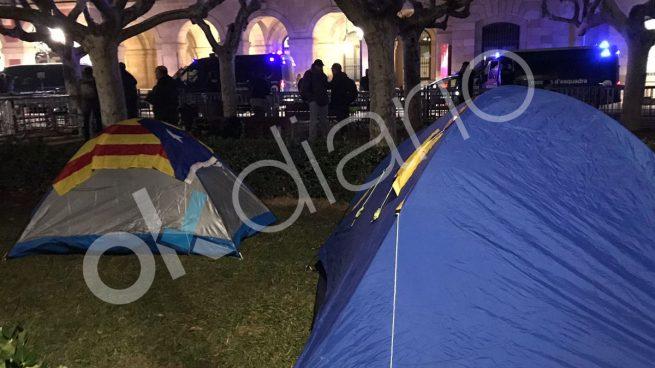 Los radicales de la CUP levantan el campamento frente al Parlament