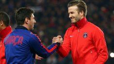 Beckham y Messi durante un partido entre PSG y Barcelona (Getty)