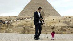 Sultan Kösen (2'51 metros) y Jyoti Amge (62'8 centímetros) protagonizaron una curiosa sesión de fotos frente a la pirámide de Guiza en Egipto