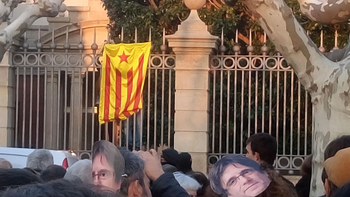 Una bandera estelada colgada por la dirección de la CUP en la verja del Parlament.