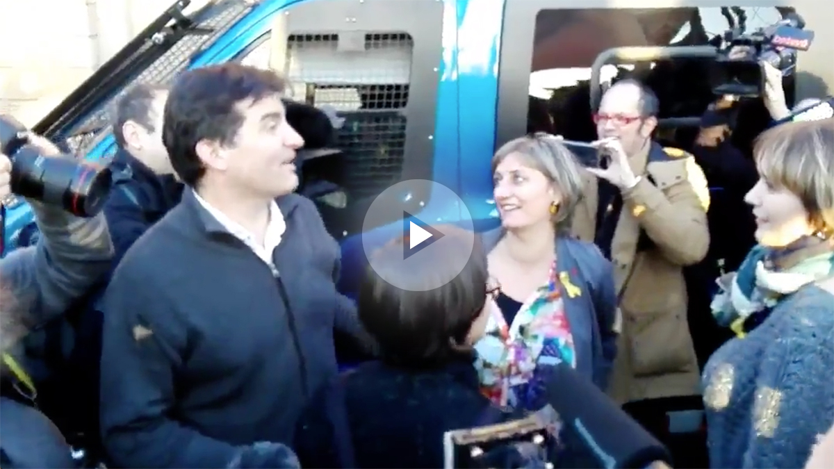 El portavoz de ERC en el Parlament, Sergi Sabrià, recibido a gritos en las inmediaciones de la Cámara autonómica catalana.