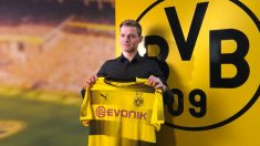 Sergio Gómez posa con la camiseta del Borussia Dortmund.