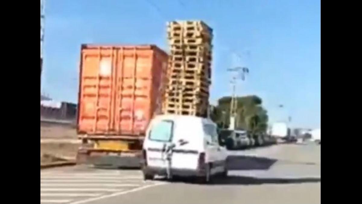 Un conductor ha protagonizado la imprudencia del año en Valencia al ser sorprendido transportando una veintena de palés sobre su furgoneta.