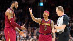 LeBron James y Isaiah Thomas discuten con un árbitro en un partido reciente. (Getty)