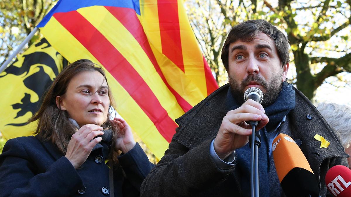 Meritxell Serret y Antoni Comín. (Foto: AFP)