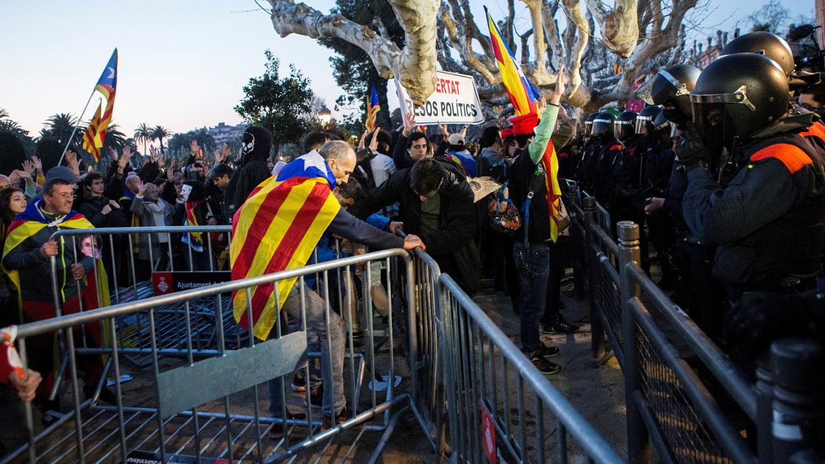 Radicales ante el Parlament. (Foto: EFE)