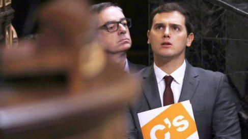 José Manuel Villegas y Albert Rivera en el Congreso. (Foto: EFE)