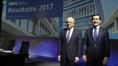 El presidente del banco BBVA Francisco González, y el consejero delegado Carlos Torres Vila. (Foto: EFE).