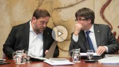 Oriol Junqueras y Carles Puigdemont conversando en una reunión del Govern golpista de la Generalitat. (EFE)
