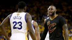 LeBron James se enfrenta a Draymond Green. (Getty)