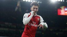 Mesut Özil celebra un gol con el Arsenal. (Getty)