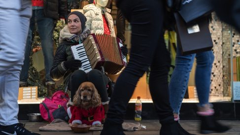 Una chica tocando el acordeón en la calle. (Foto: GETTY)